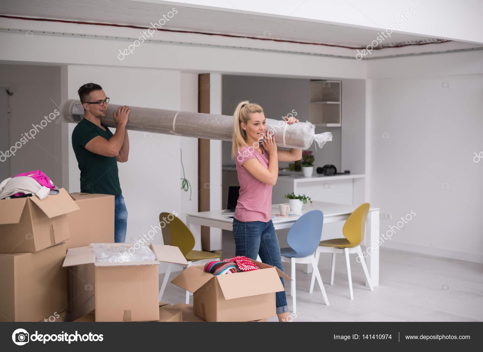 paar, tragen einen Teppich im Umzug in neues Zuhause — Stockfoto ...