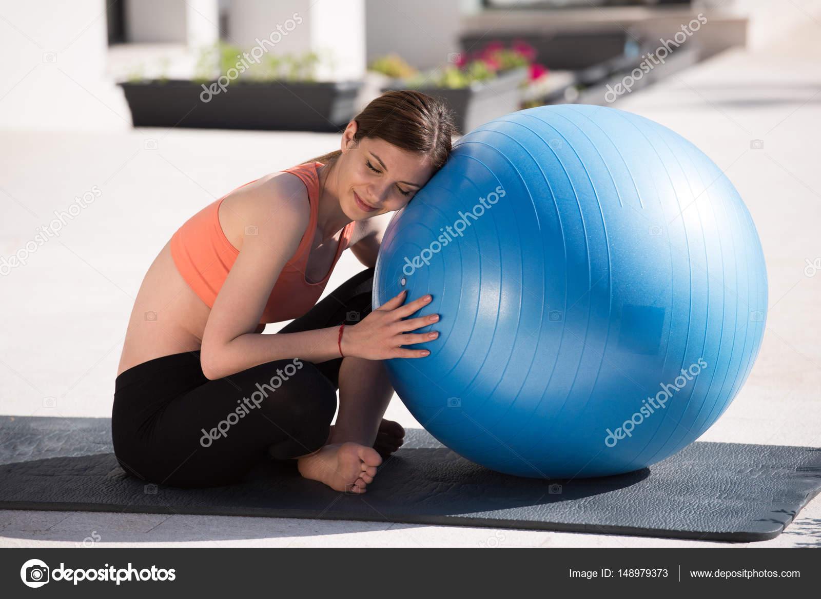 mujer haciendo ejercicio con pelota de pilates — Fotos de Stock ... 7842873c6221
