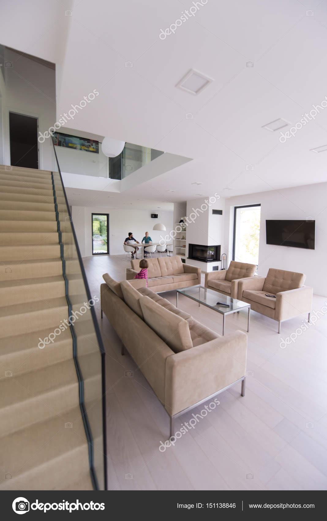 famiglia con bambina gode nel soggiorno moderno — Foto Stock ...