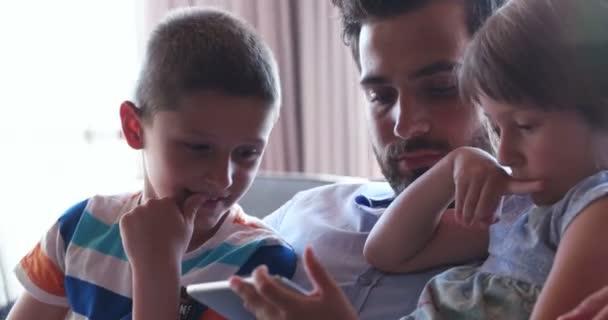 Zwei Junge Schönheiten Beim Spielen Auf Der Couch