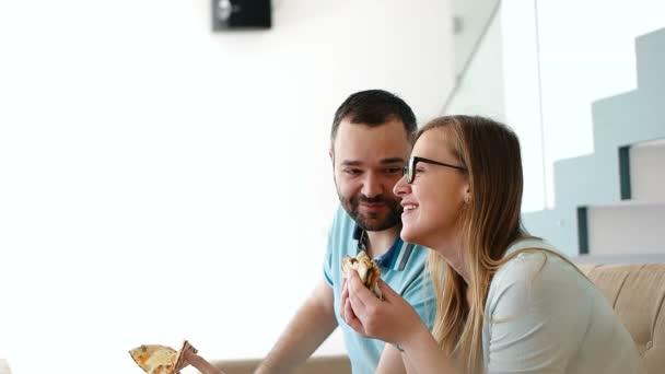 Šťastný pár jíst pizzu
