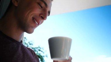 Pití kávy v luxuary villa pár