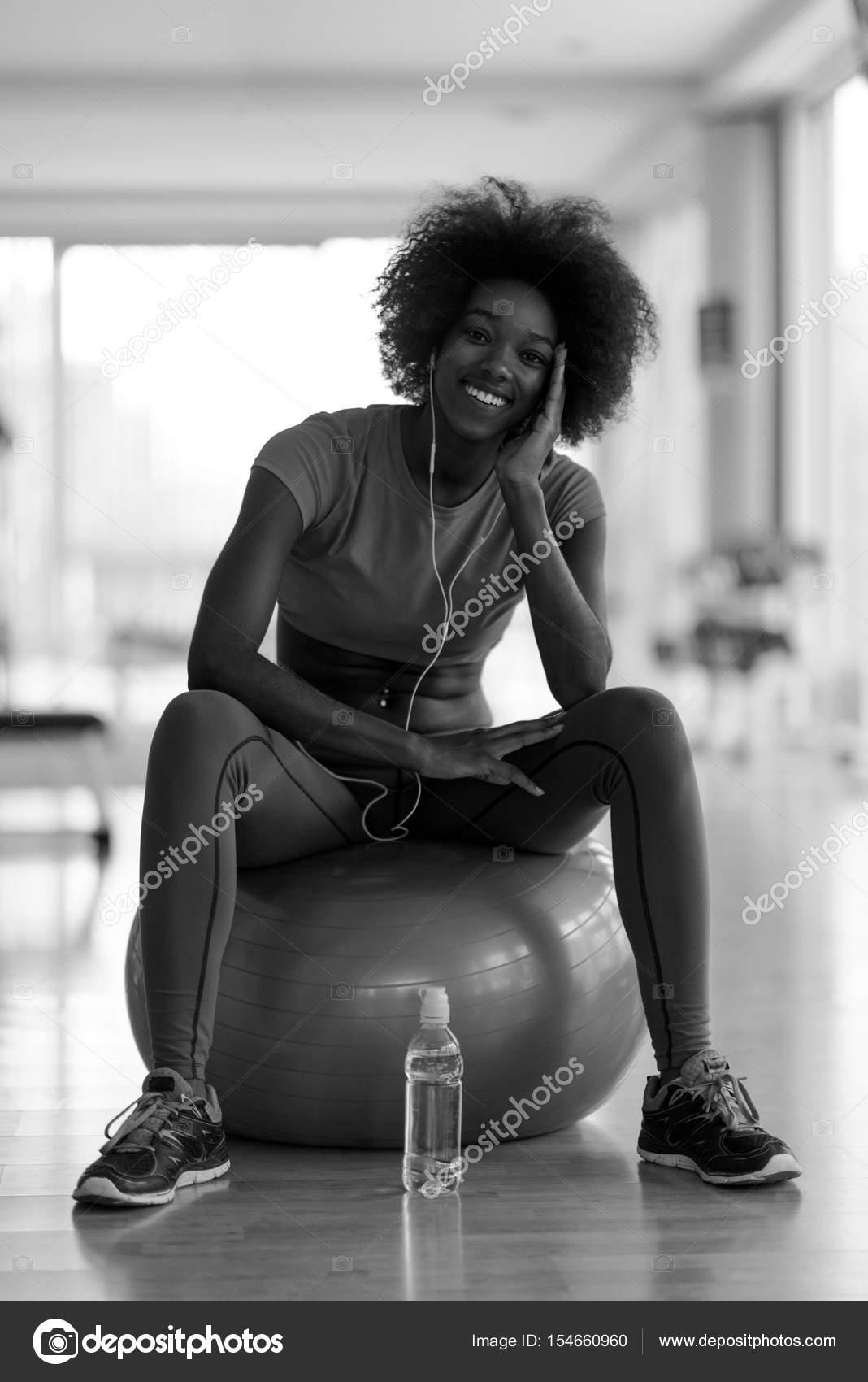 Femme détente après la séance d entraînement pilates– images de stock  libres de droits 43a421c02f7