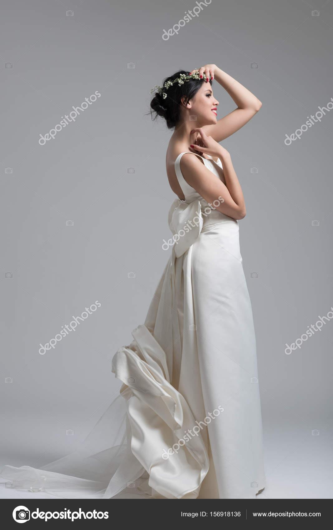 Эротическое фото девушек в свадебной одежде, вылизывает с жопы сперму