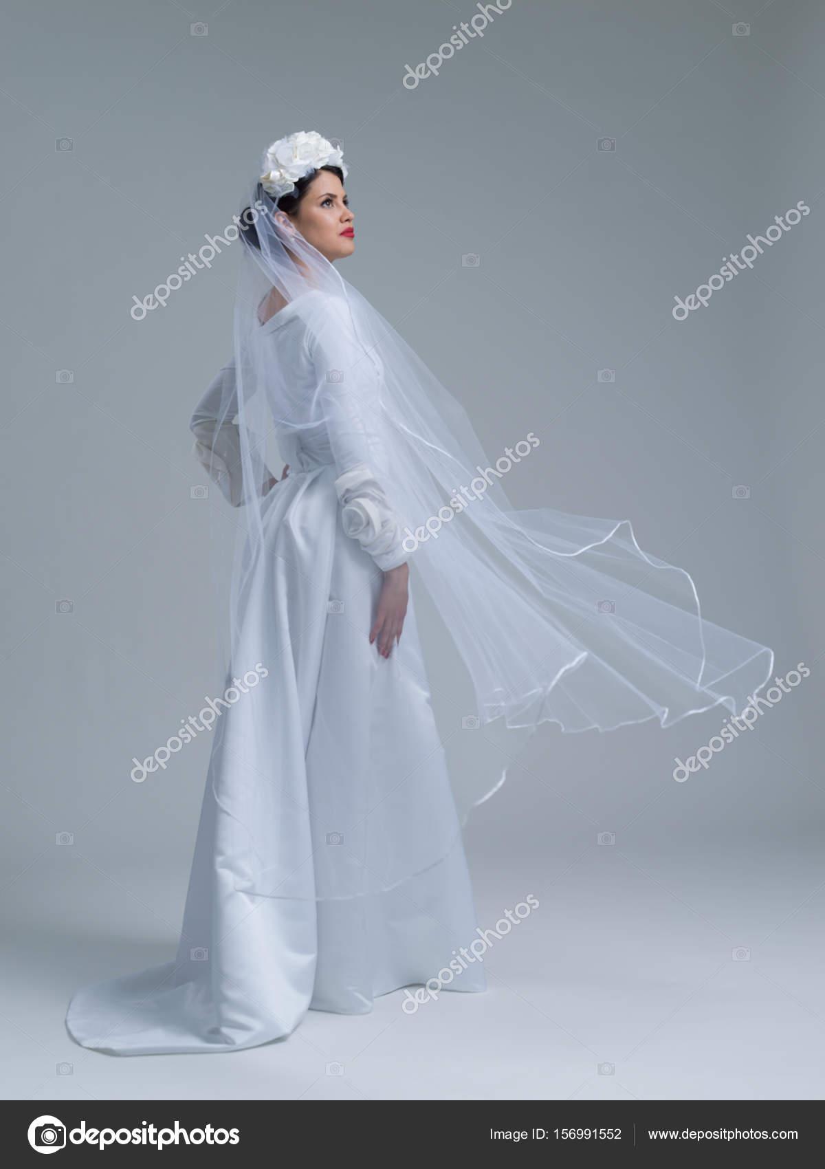 novia joven en un vestido de novia con un velo — Foto de stock ...