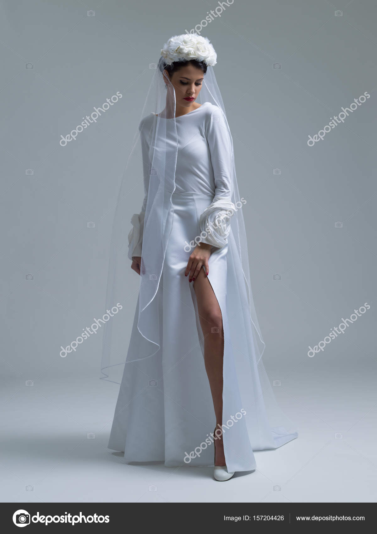 novia joven en un vestido de novia con un velo — Fotos de Stock ...