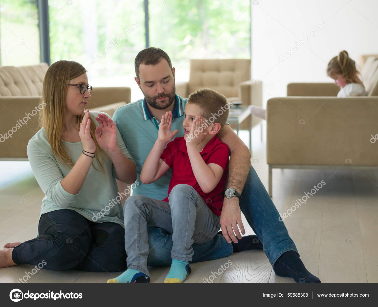 famiglia con il ragazzino gode nel soggiorno moderno — Foto Stock ...