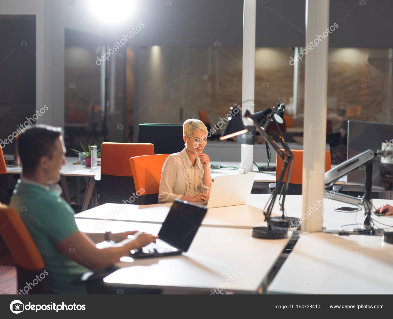 Designer im Nacht-Startup-Büro — Stockfoto © .shock #164738410