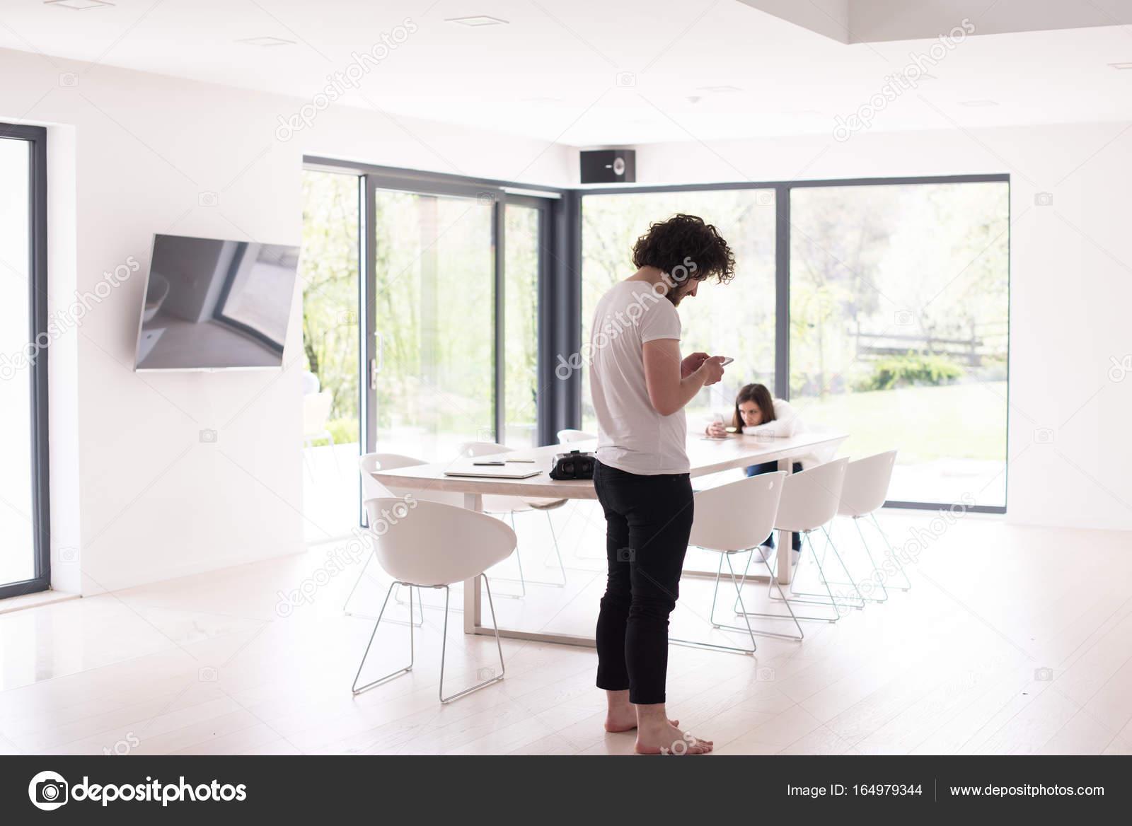 junger Mann mit dem Handy telefonieren zu Hause — Stockfoto © .shock ...