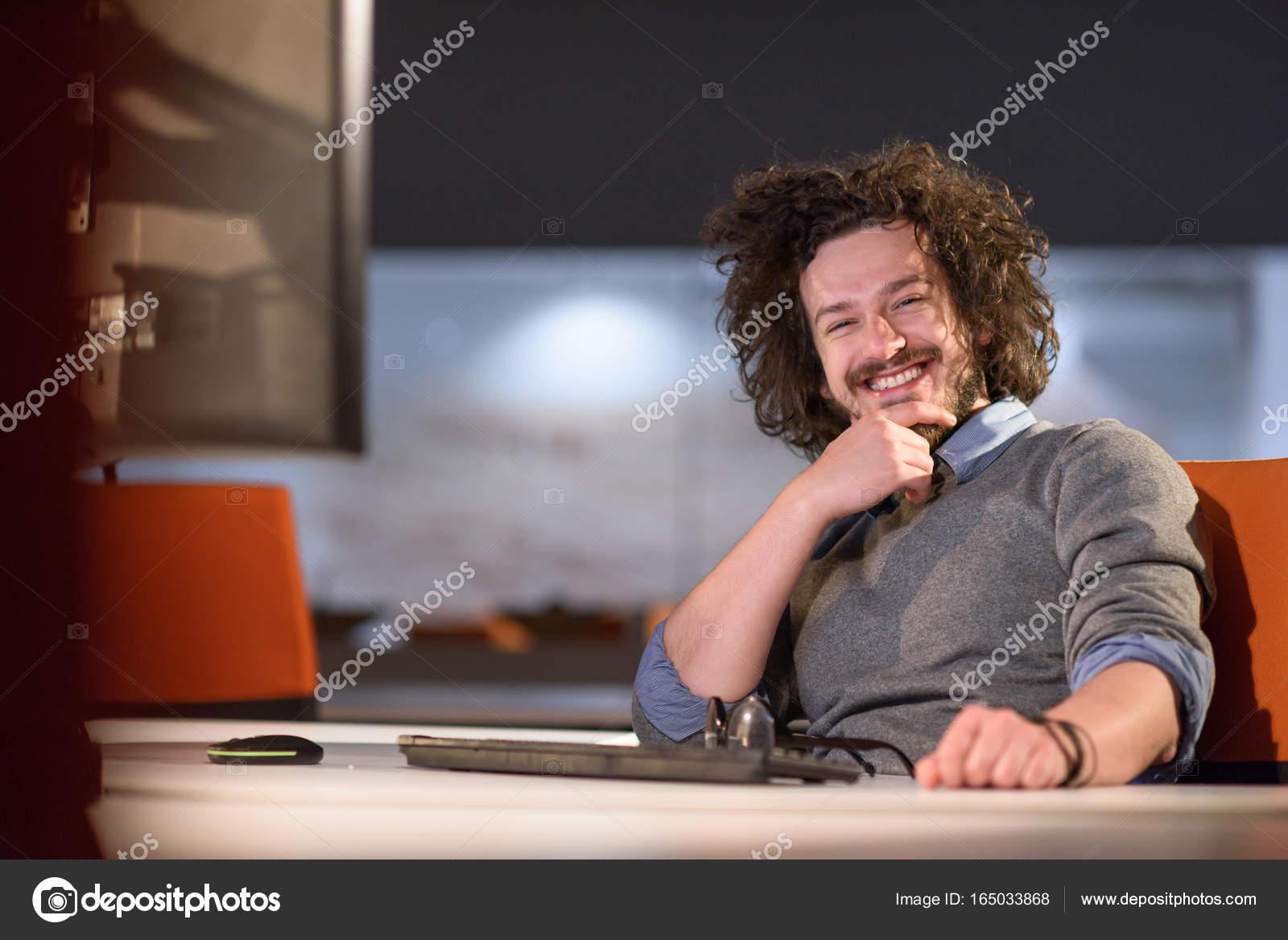 Homme travaillant sur ordinateur de bureau noir démarrage