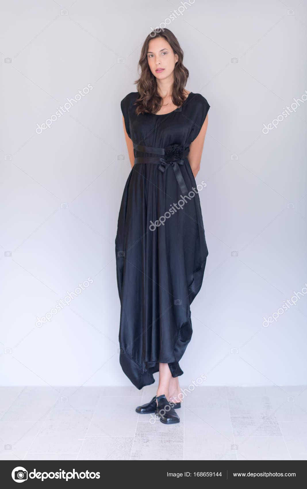 Mujer Vestida De Negro Fotos De Stock Shock 168659144