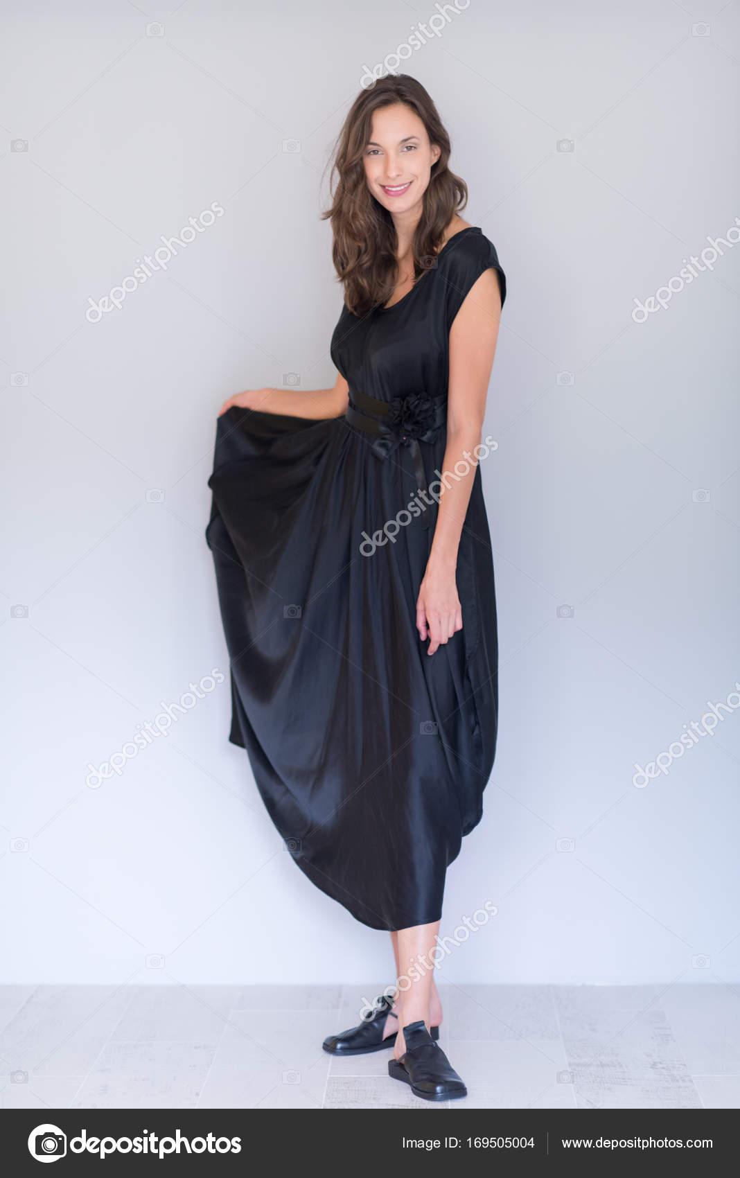 Sonar una mujer embarazada vestida de negro