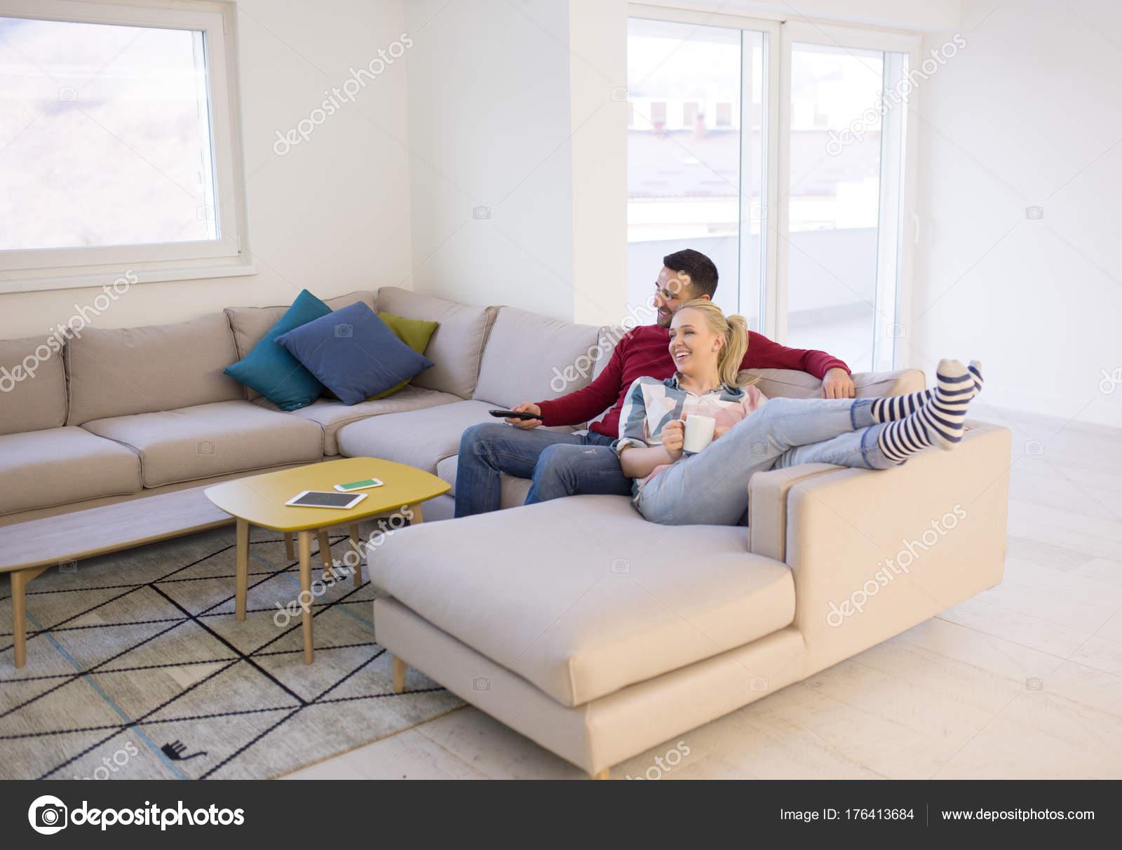 Junges Paar Auf Der Couch Vor Dem Fernseher Stockfoto C Shock