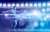 fotbalový hráč dělá život s míčem na fotbalovém stadionu hřišti izolovaných na černém pozadí