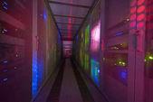 Panel-moderne Kommunikations-Ausrüstung mit Licht aus der Anzeige im Rechenzentrum im Serverraum