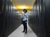 Fotografie Muž ji inženýr pracující na tabletový počítač v místnosti serveru v moderním datovém centru