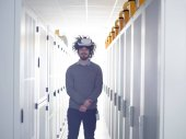 Fotografie mladý inženýr, soupravu pro virtuální realitu prostřednictvím serveru pokoj pozadí