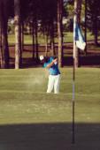 pro golfový hráč střelil míč z písku bunkru v kurzu