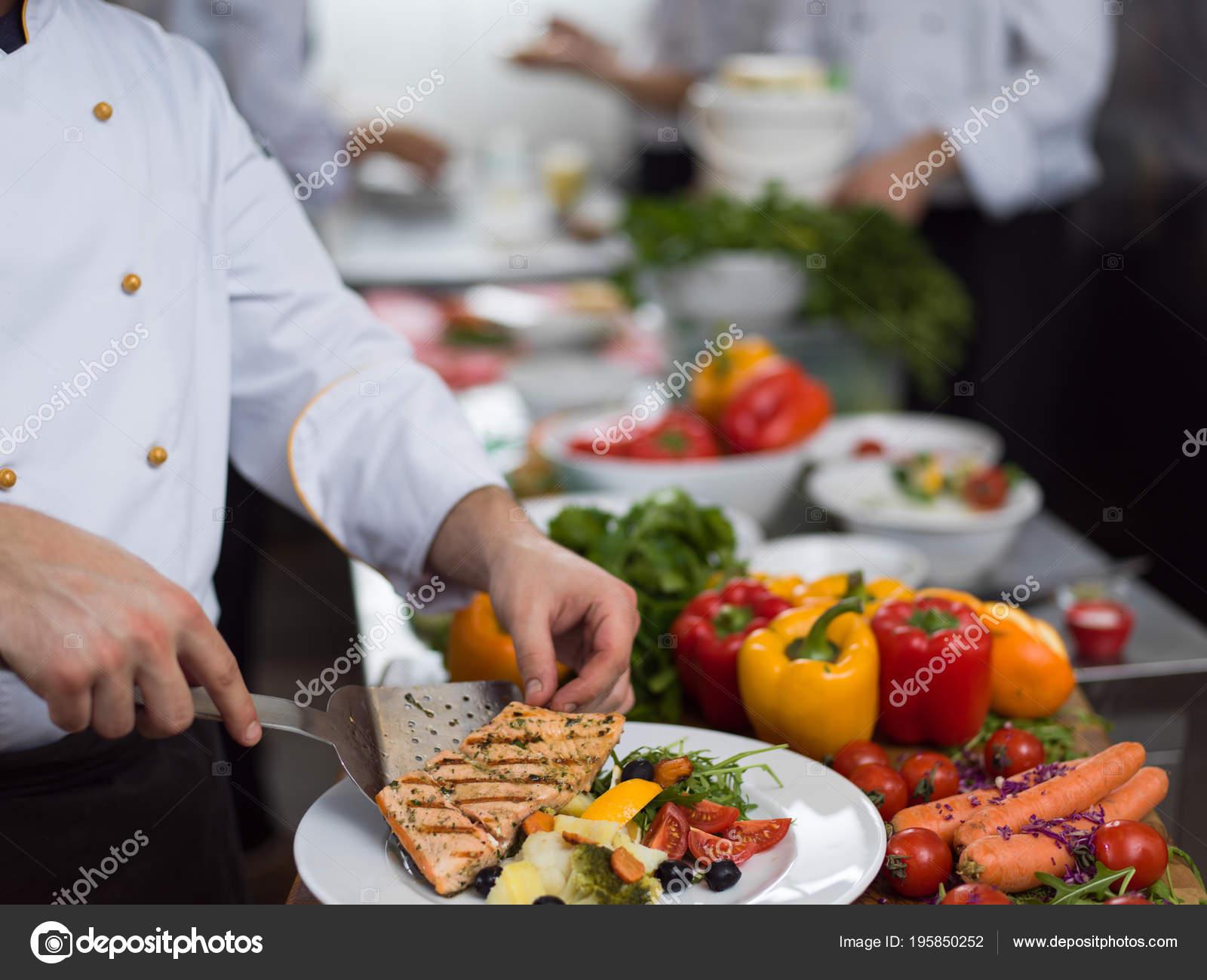 Cuoco Unico Decorazione Guarnendo Piatto Pasto Preparato Sul ...