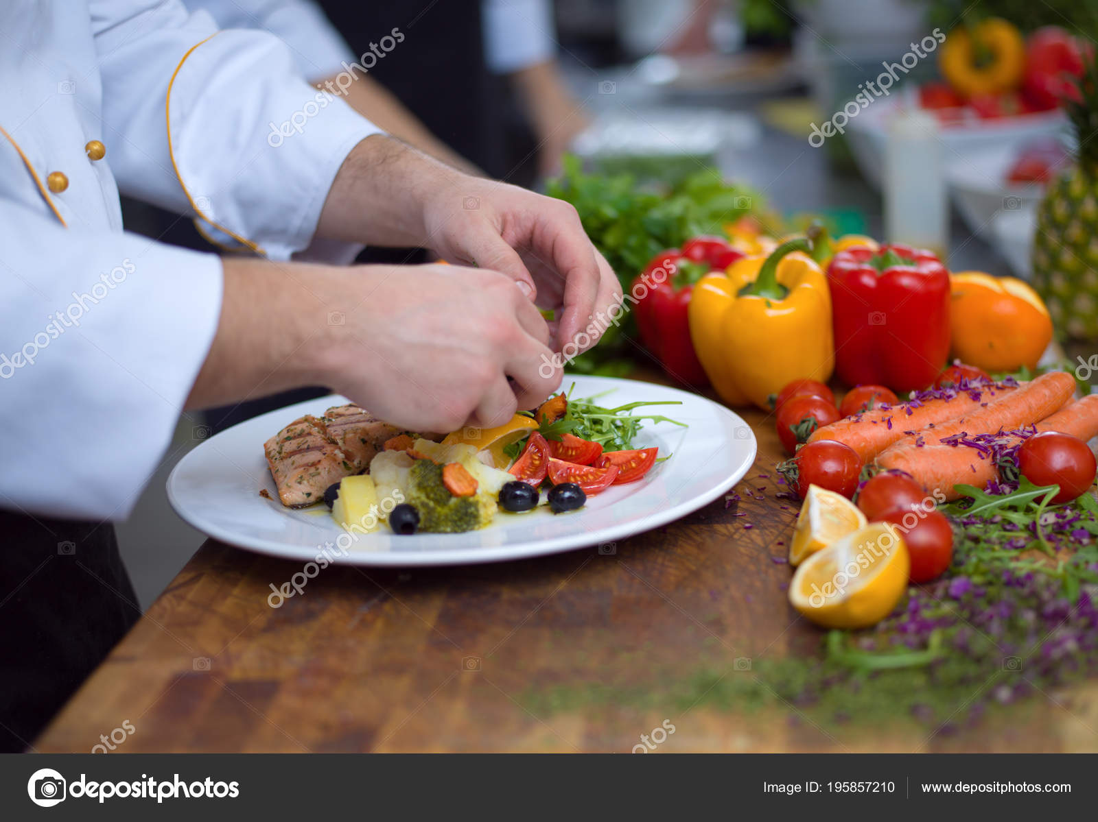 Cuoco Unico Decorazione Guarnendo Piatto Pasto Preparato Sul Piatto ...