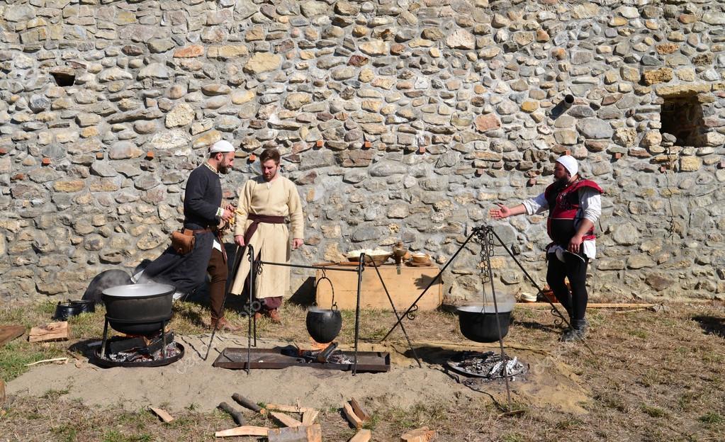 Cocina Medieval   Gente Cocina Medieval Foto Editorial De Stock C Tony4urban 126995338