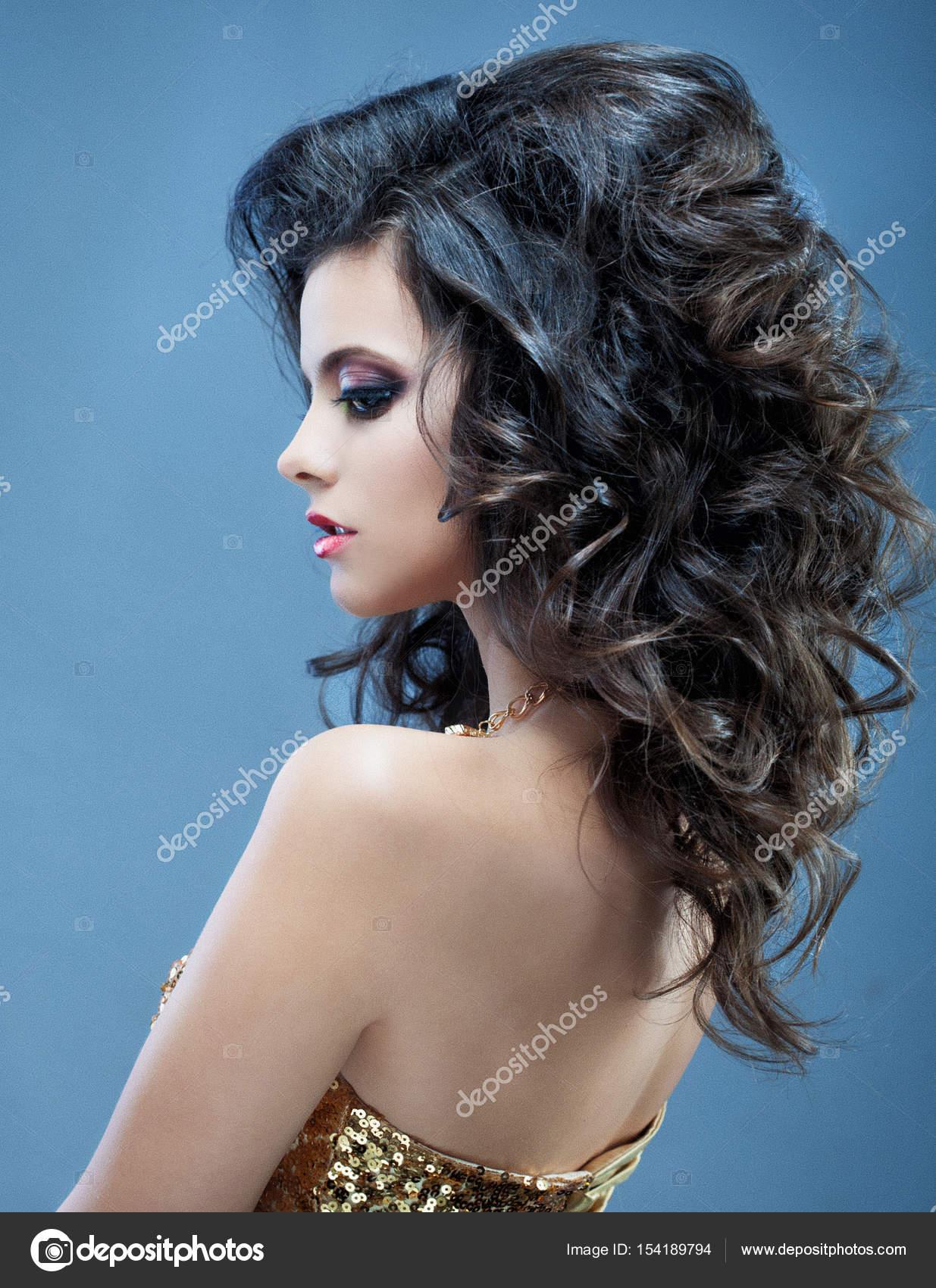 Piękna Dziewczyna Z Długie Falowane Włosy Brunetka Z