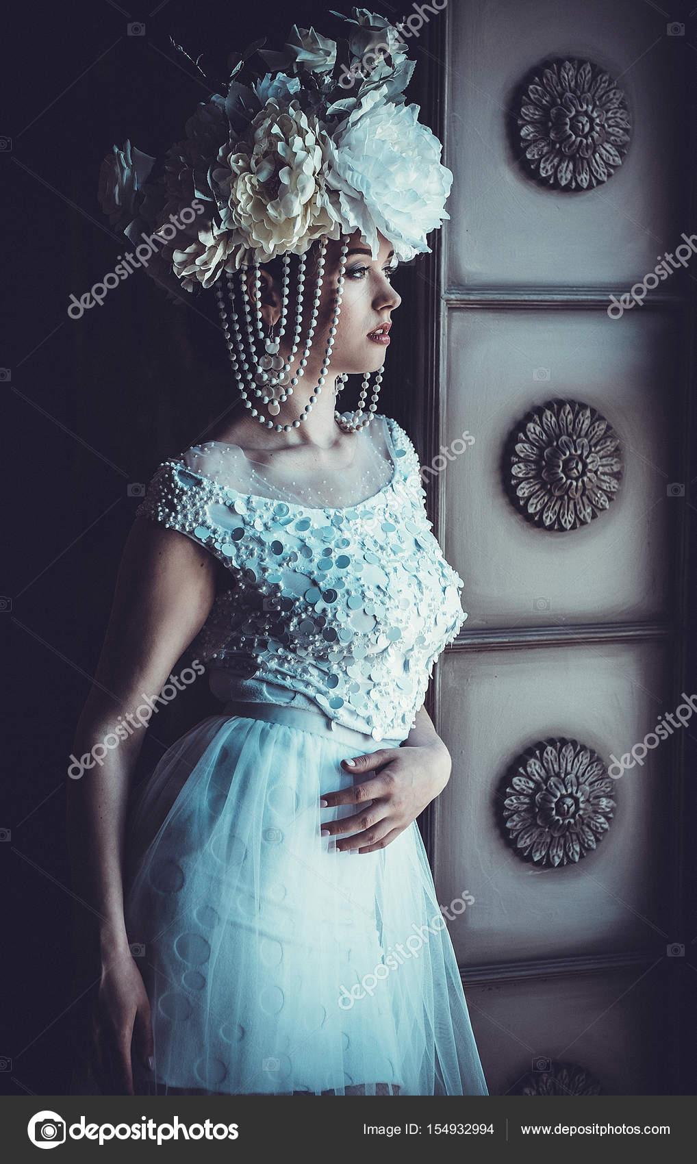 02165d54e82 Elegantní svatební šaty a korunka. Nádherná mladá žena. Nabídka nevěsta v  luxusním paláci — Fotografie od kanareva