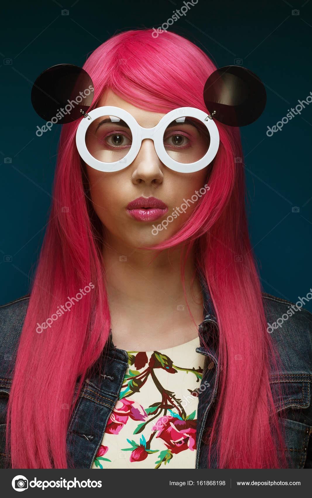 Mode jeune jeune fille avec les cheveux Rose et grandes lunettes de soleil  sur fond bleu — Image de kanareva d7af1a8778a3