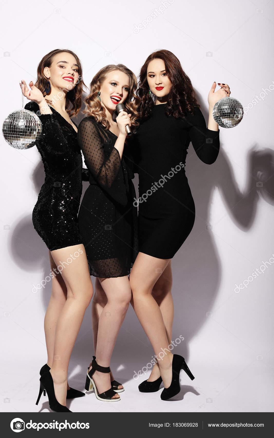 Junge Frauen In Wunderschöne Kleider Festliche Singen Karaoke NnPwO80Xk