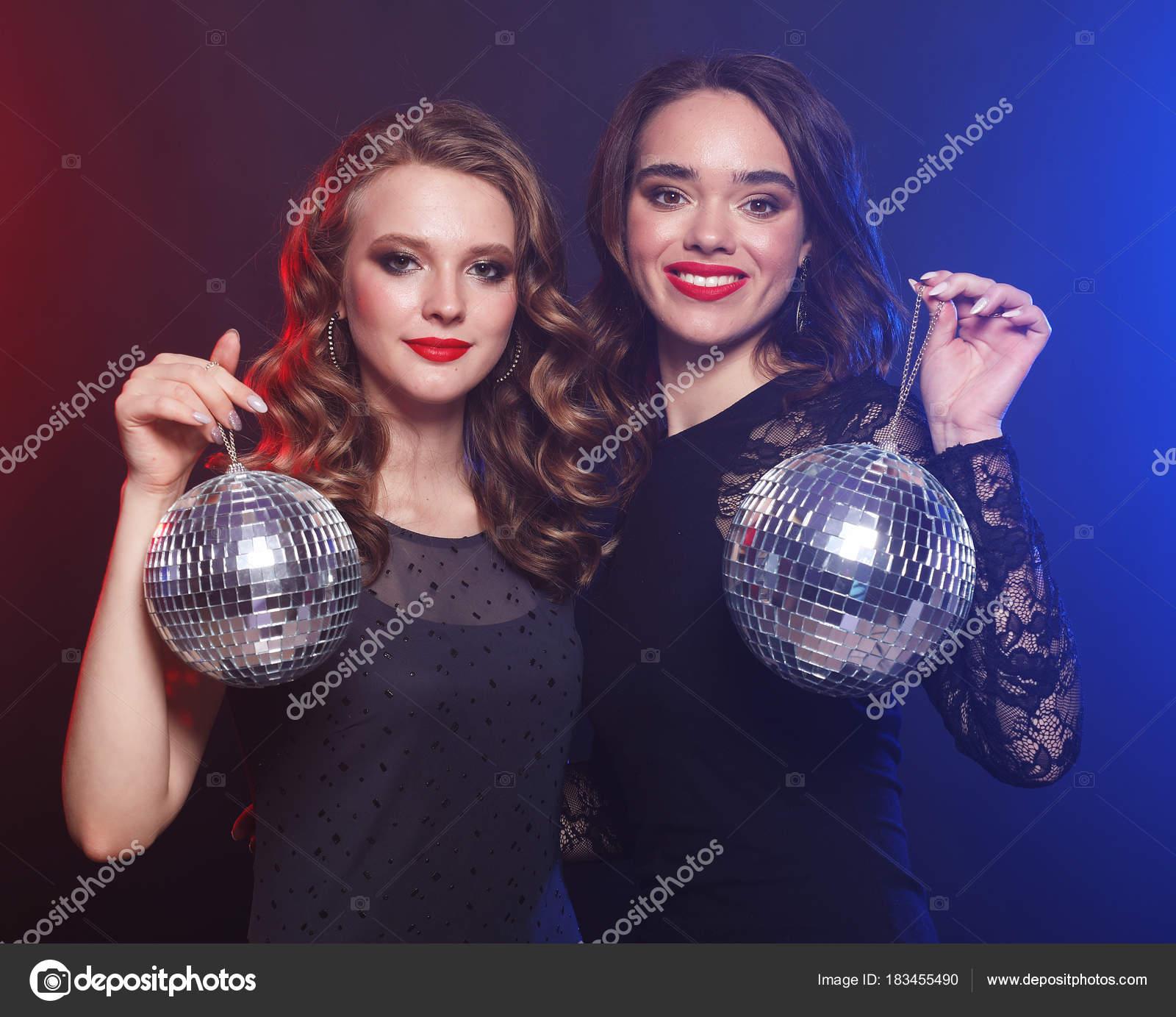 concepto de partido y de personas: las niñas partido con bolas de ...