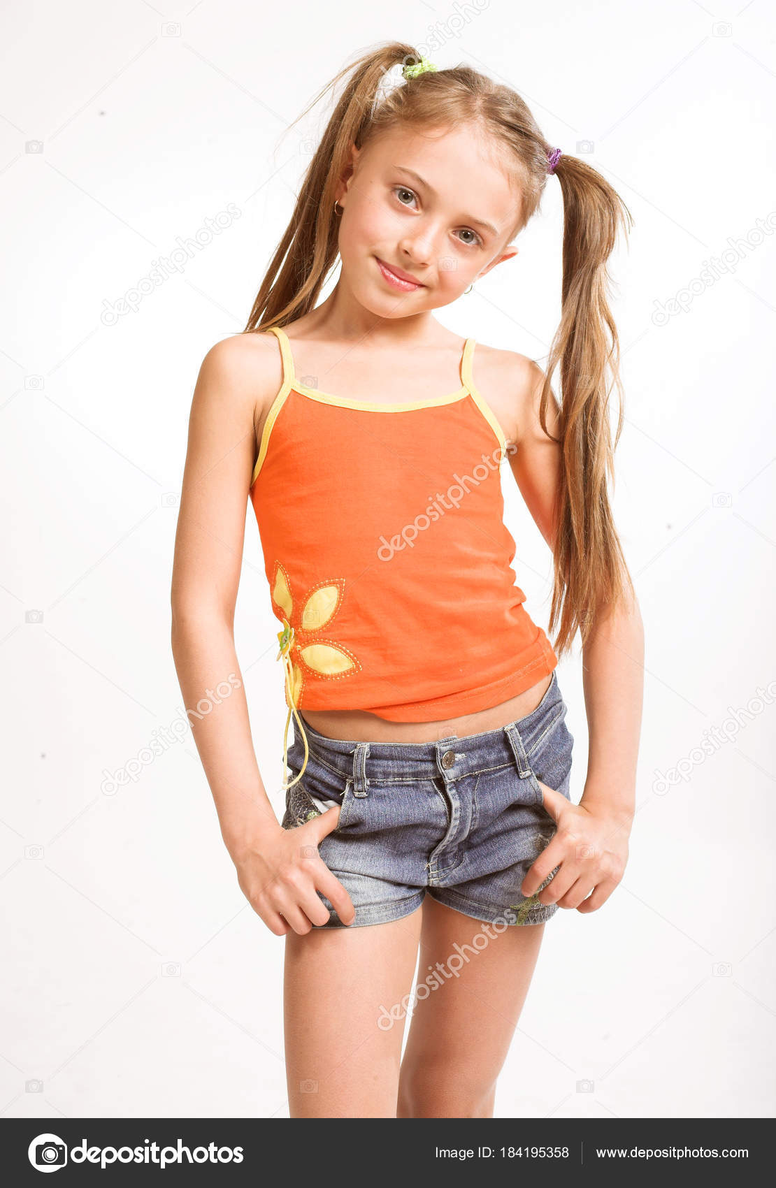 Depositphotos Stock Photo Little Girl Casual Wear Kleines Madchen Freizeitkleidung Stockfoto