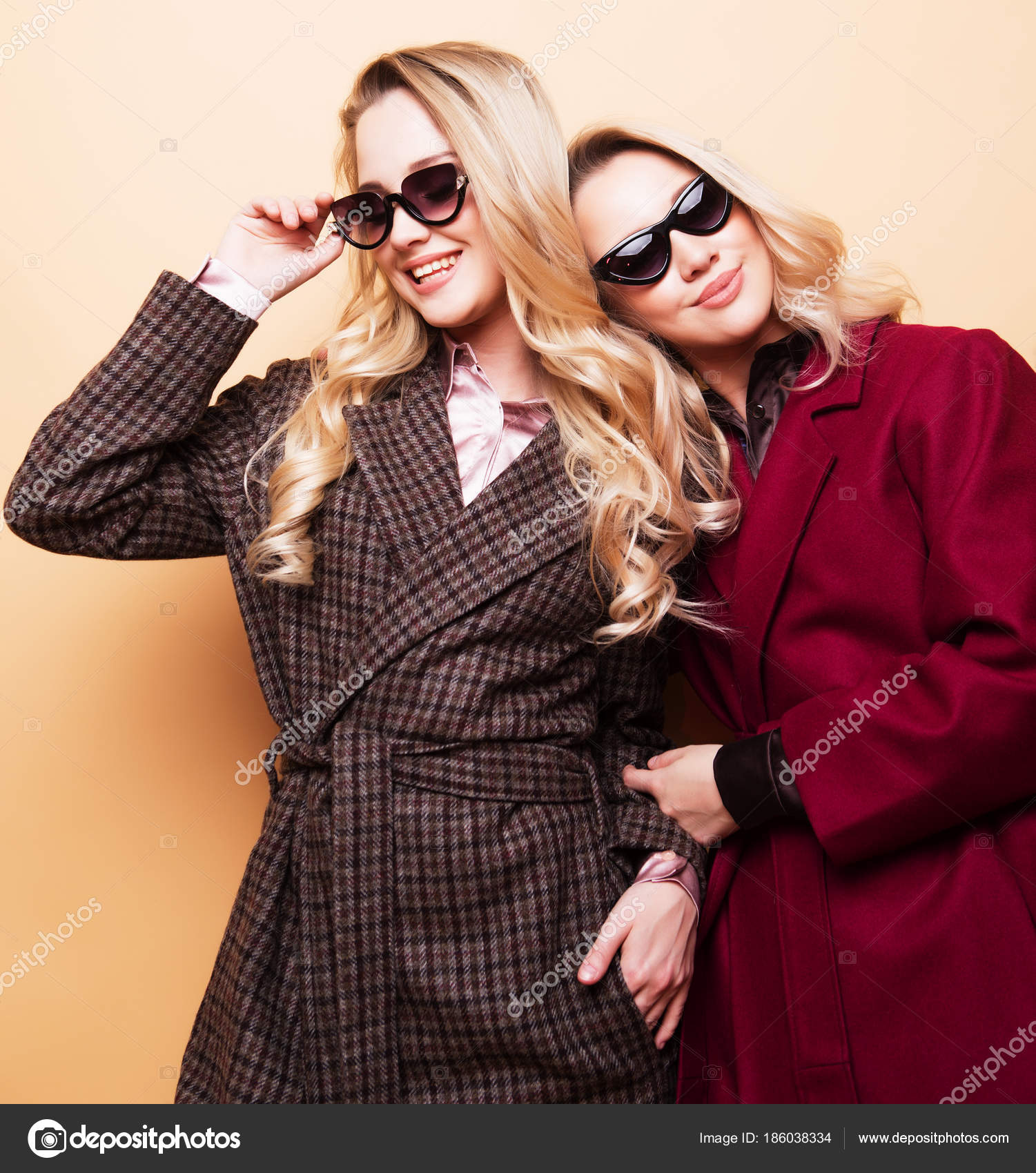 Mode-Porträt von zwei Mädchen, beste Freunde posieren indoor auf ...