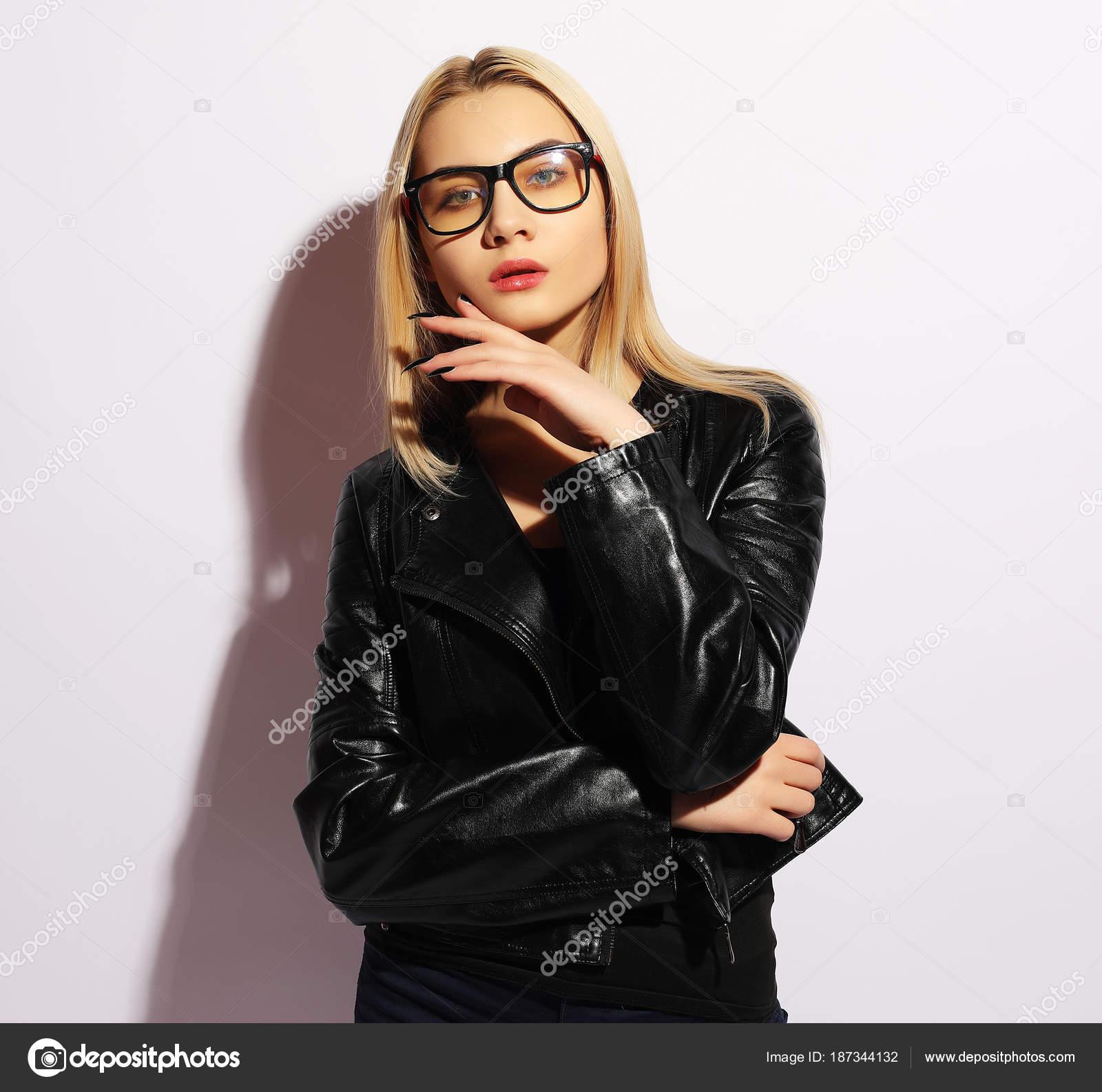 Modello di moda in abbigliamento nero. Giacca di pelle e