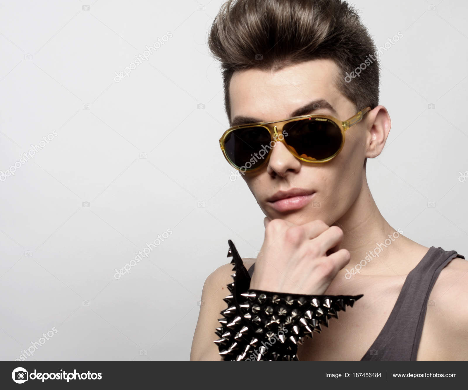 Сексуальна молода людина в моду стиль 9b0ba7db75179