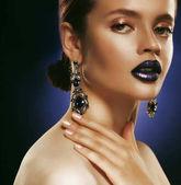 Fotografie Módní portrét mladé krásné ženy s šperky. Perfektní make-up. Modré rty