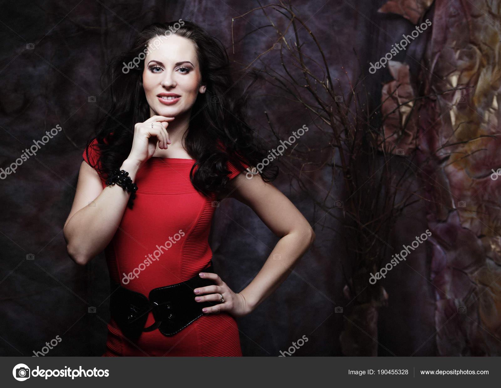 d19458e82 Joven sensual hermosa mujer rubia posando en vestido rojo. Concepto de arte  y moda — Foto de ...