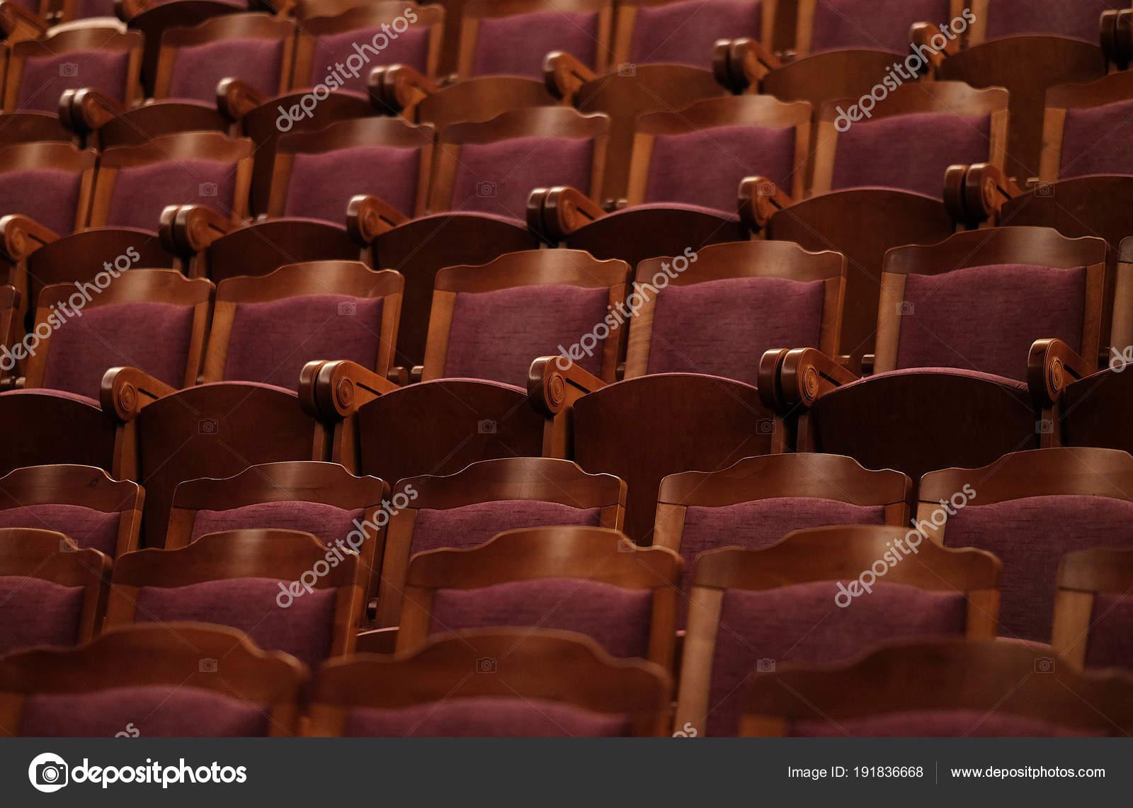 Teatro Le Sedie.Teatro Numerato Sedie Di Velluto Rosso Foto Stock