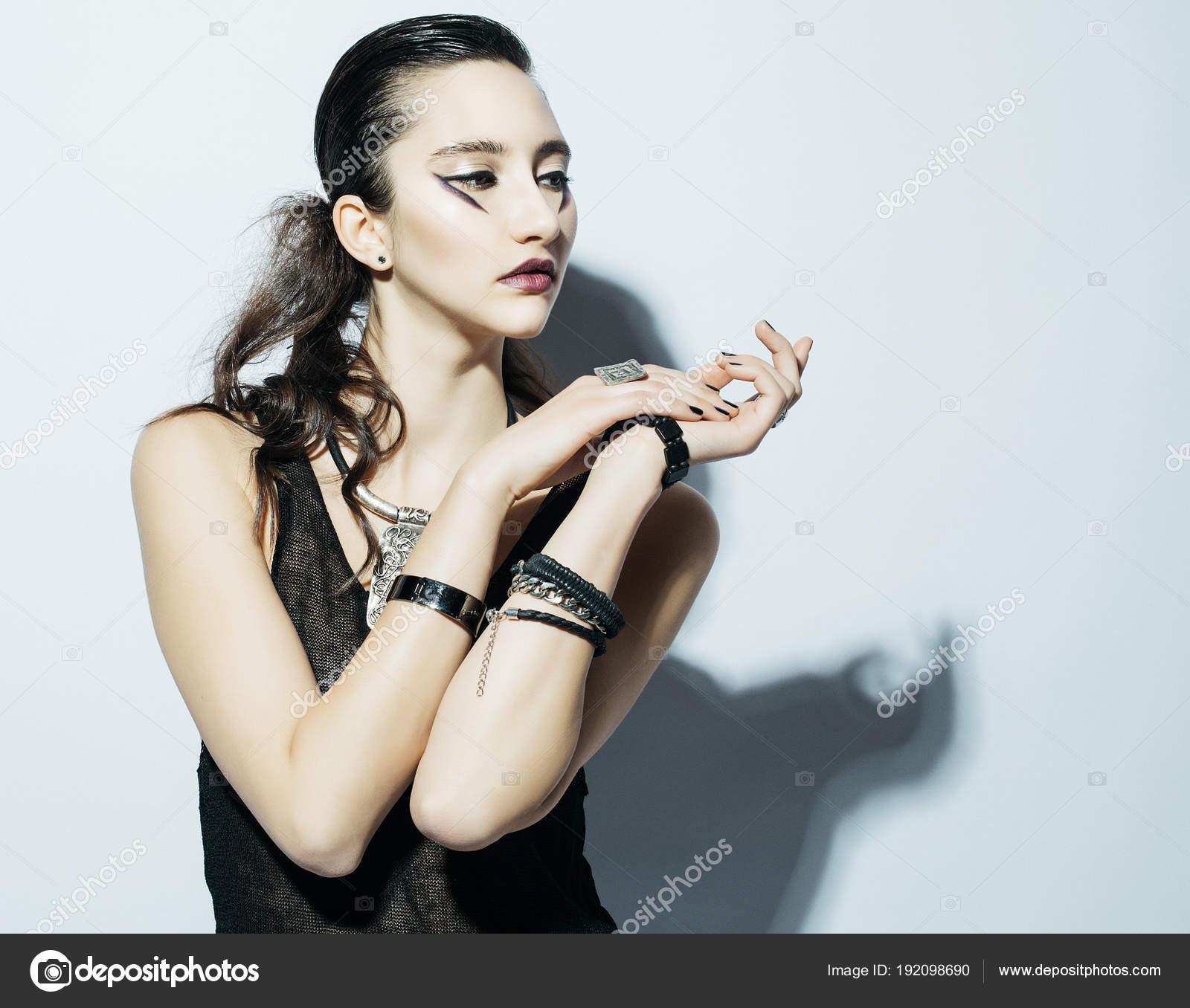 935ae0519676 Modello di moda con lusso compongono vestito nero in posa su sfondo bianco–  immagine stock