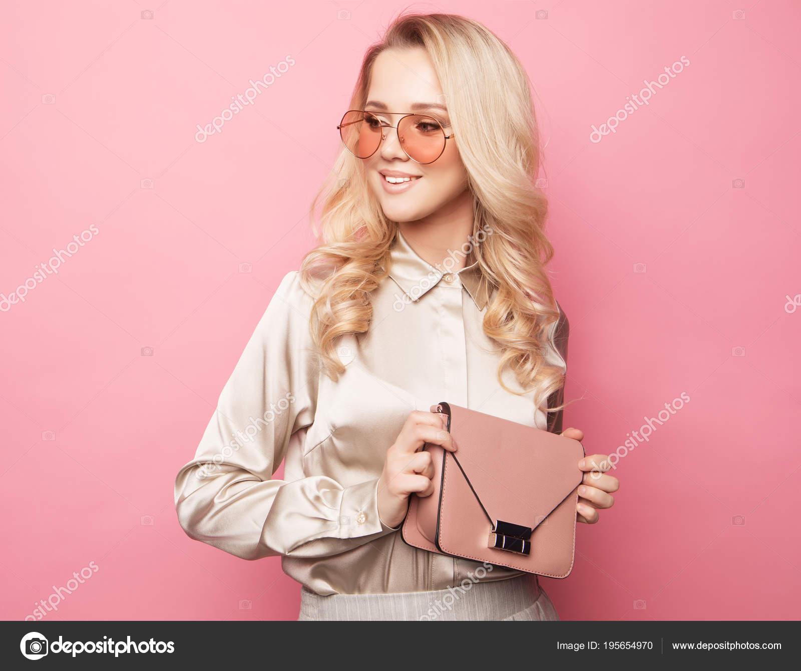 glumitsya-porno-foto-krasivih-blondinkah-v-bryukah