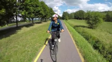 Fiatal lány megy, kerékpár, a kerékpár út Magyarországon