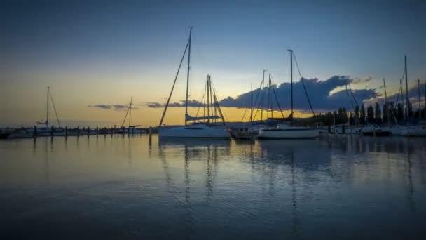 Szép estét gyorsított a vitorla-Dock, lake Balaton, Magyarország, Szigliget