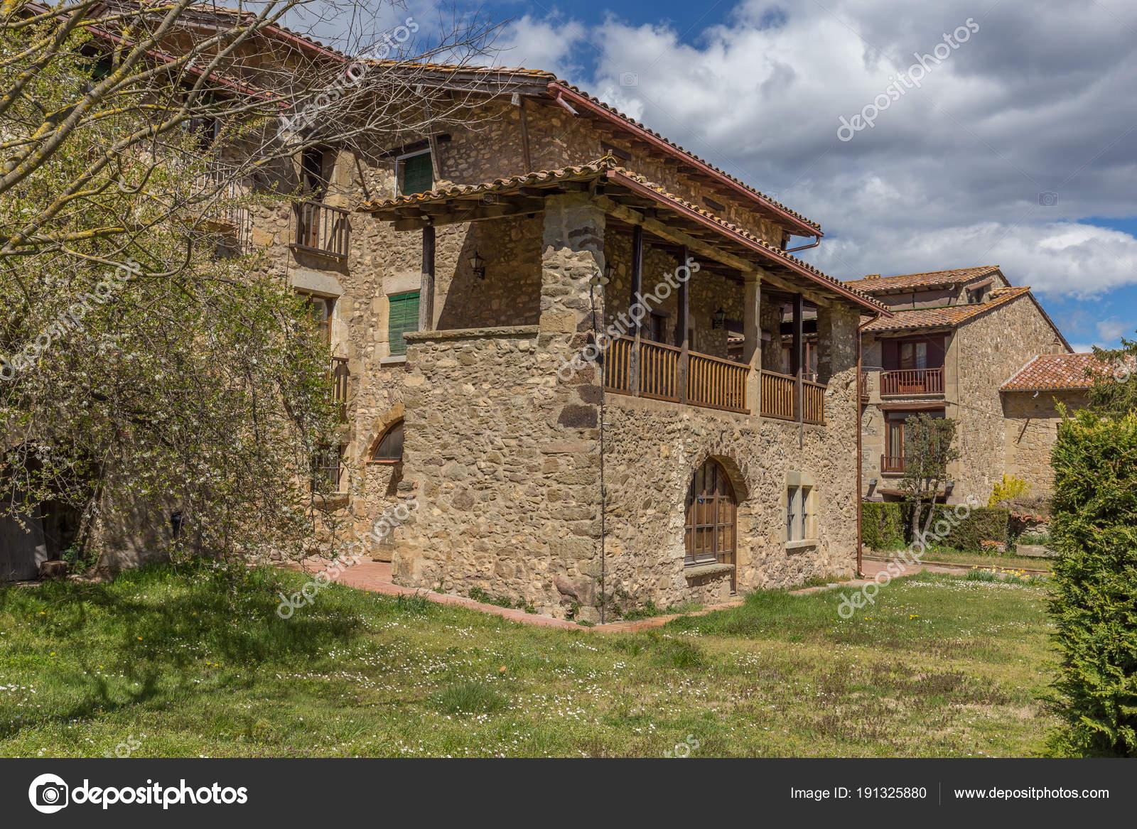 Case In Pietra Antiche : Belle vecchie case di pietra in villaggio antico spagnolo u foto