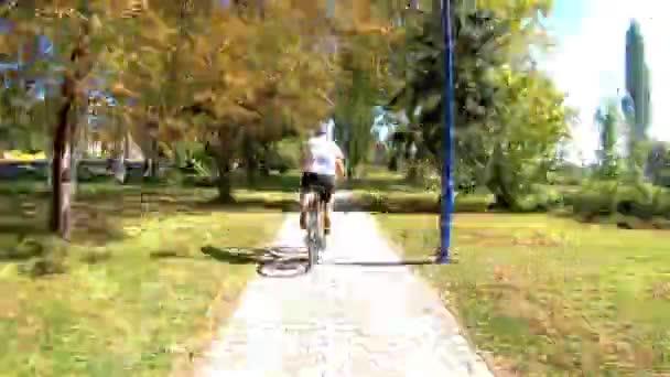 Fiatal sportos férfi cicling a Balaton partján
