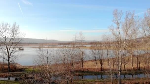 Letecká zimní krajina nad zamrzlým rybníkem při západu slunce
