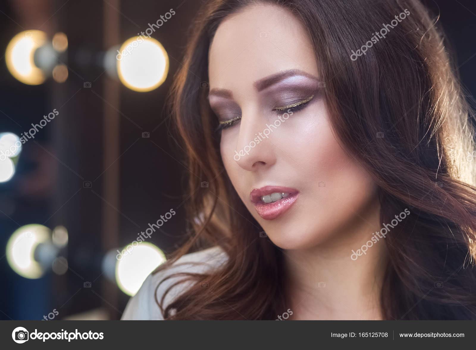 Красивые фотографии девушки с вьющимися волосами шатенка — pic 11