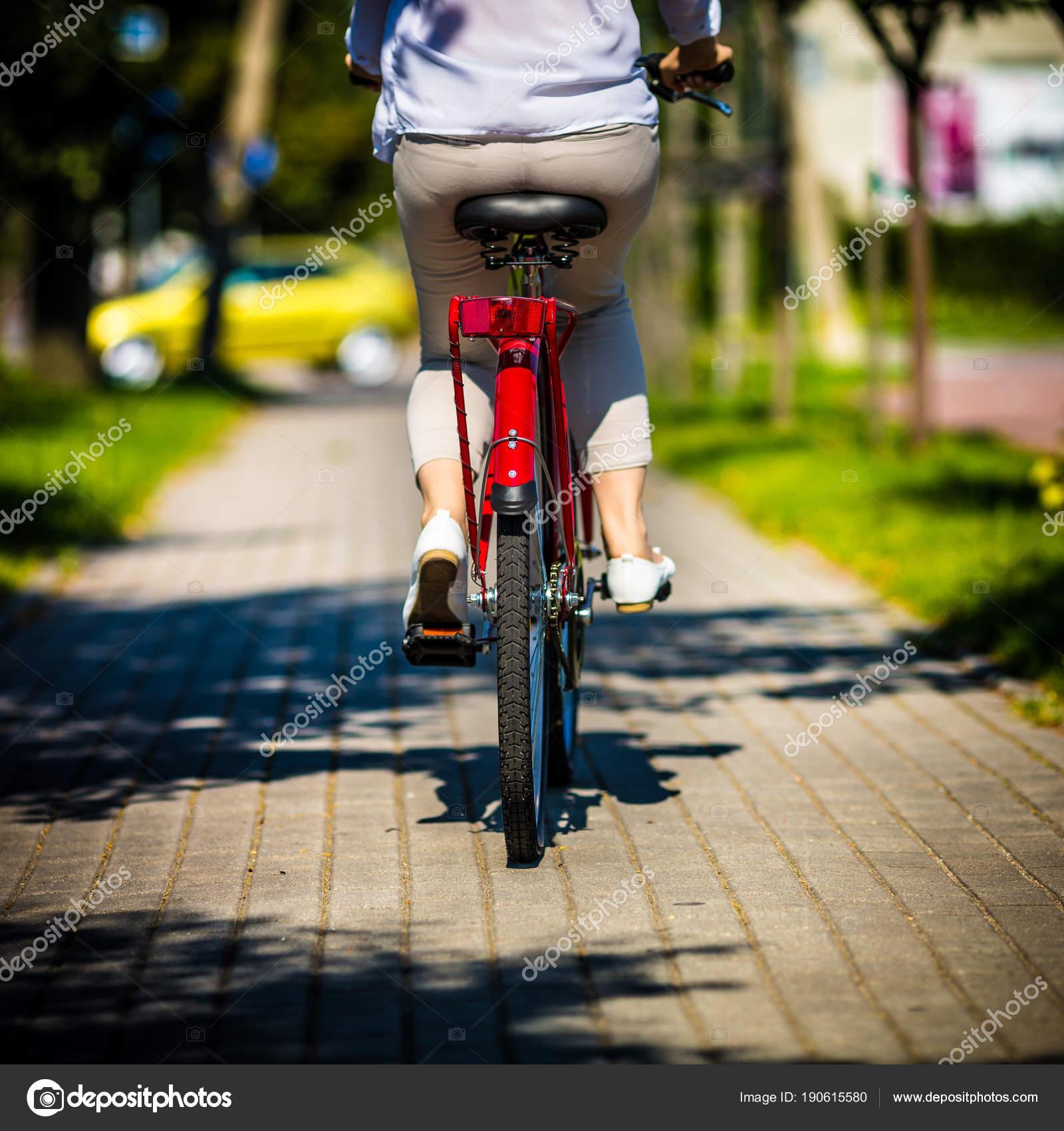 Donne Bicicletta Città Foto Stock Gbh007 190615580