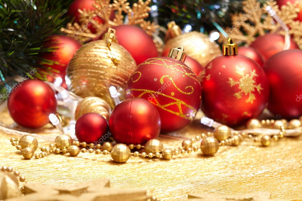 Kerstdecoraties Met Rood : Gouden en rood kerstdecoratie u2014 stockfoto © strelok #128255162