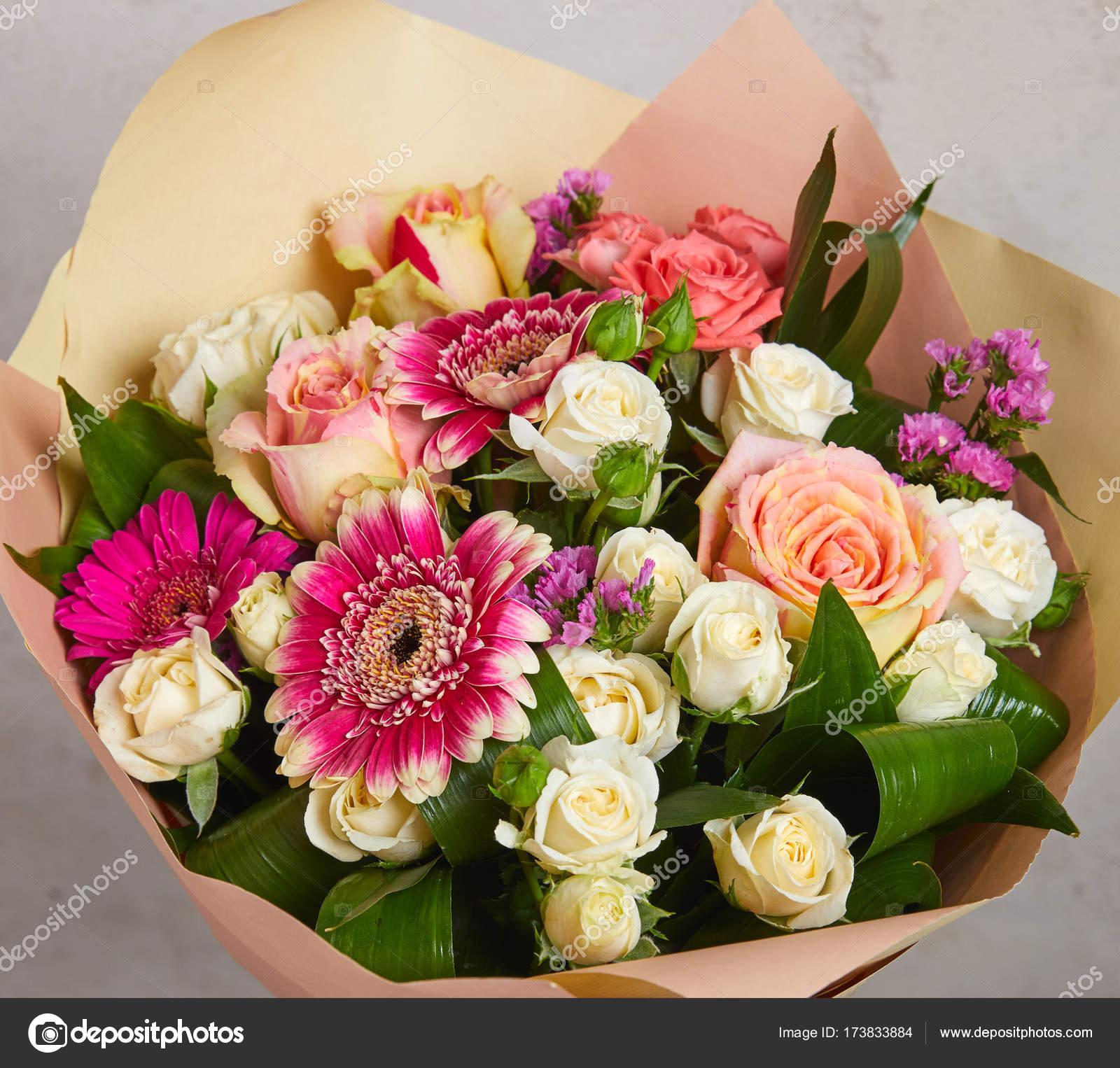 Beau bouquet de mariage de fleurs sur la table — Photographie strelok © #173833884