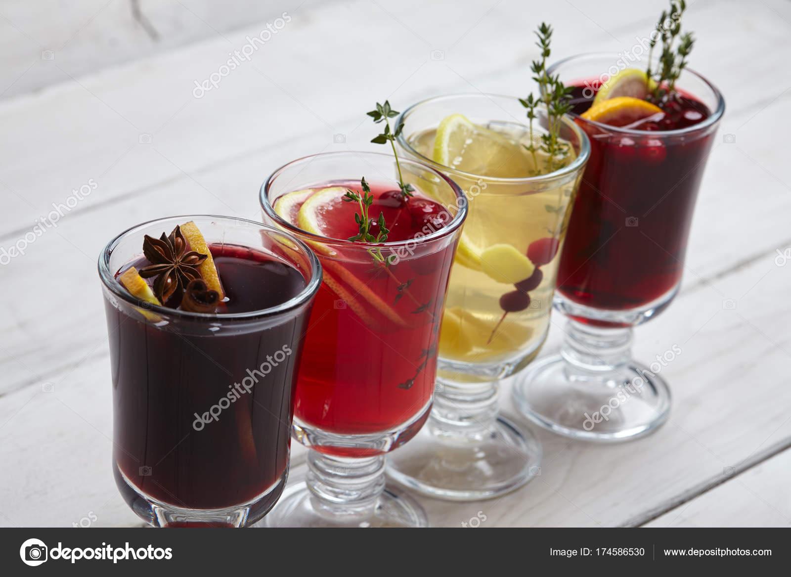 Leckere Warme Winter Getränke Auf Holztisch — Stockfoto © strelok ...