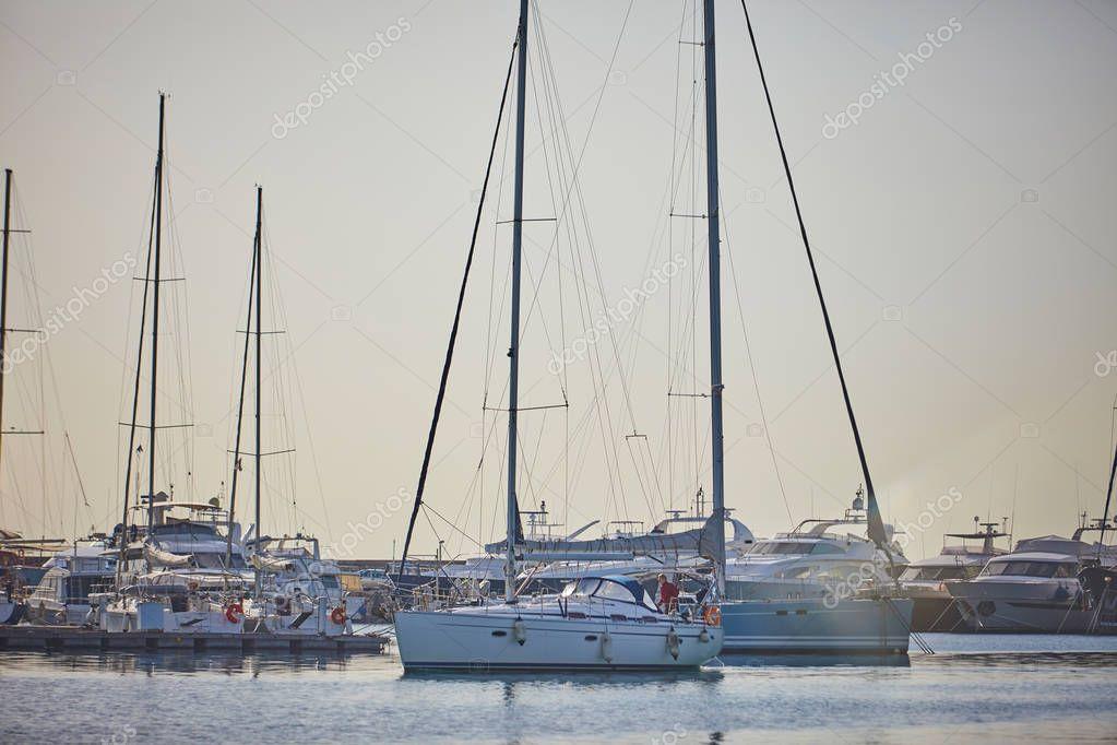 parcheggio yacht in porto nella giornata di sole